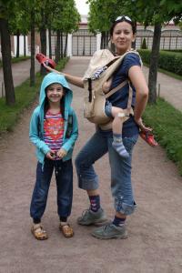 Петергоф.<br /> Привычный режим перемещения с детьми - они на руках и не ноют, когда спят.<br /> Впрочем, это я приувеличиваю. Всё было тип-топ