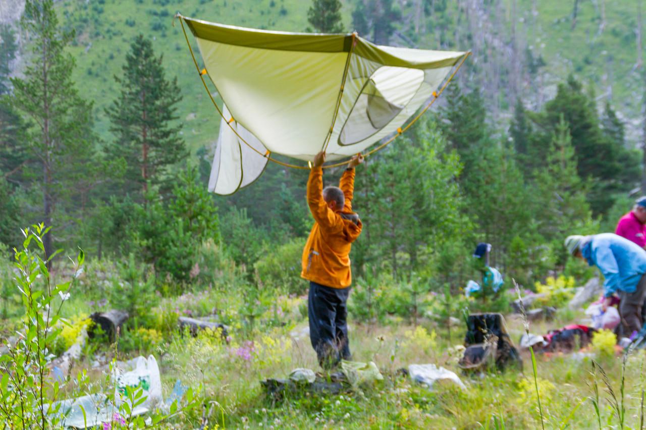 Вовка собирает палатку
