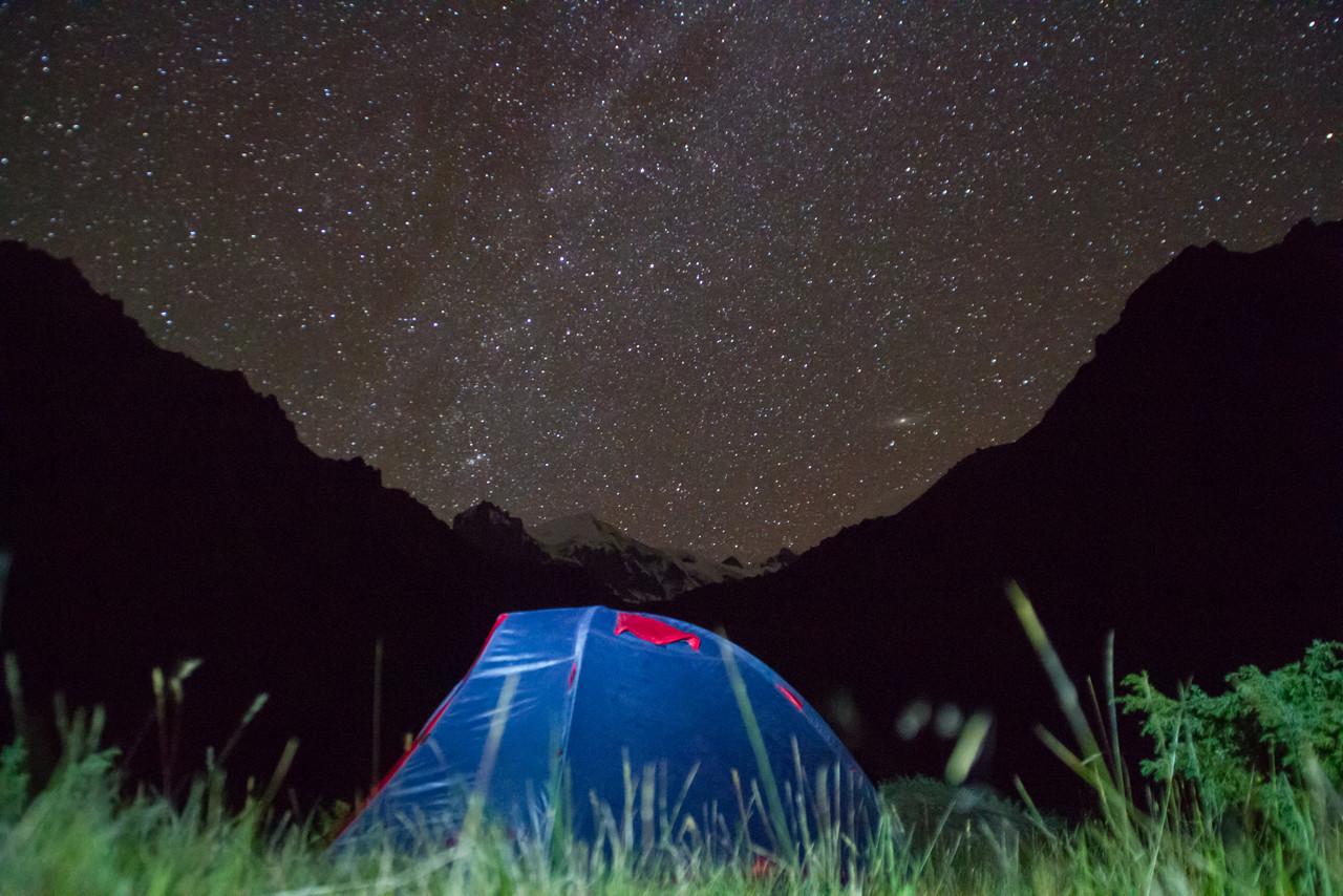 Палатка на фоне Кюкюртлю, на фоне Млечного Пути