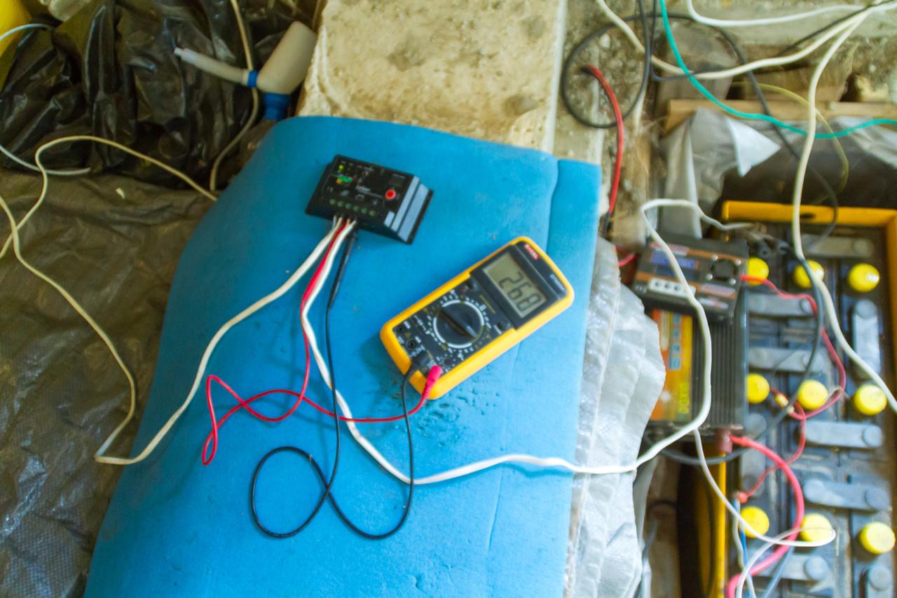 Солнечный контроллер и вольтметр